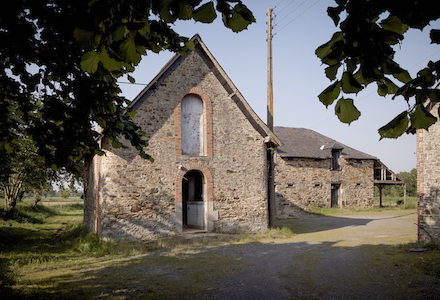 Ensemble de ferme promis a renovation par Ladaa architectes (Craon, Mayenne)